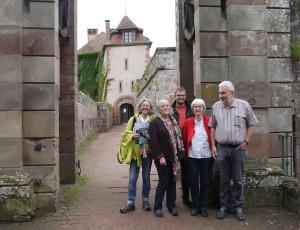Bezirkstagsfraktion vor der Verwaltung des Sycoparcs (Schloss in La Petite Pierre)